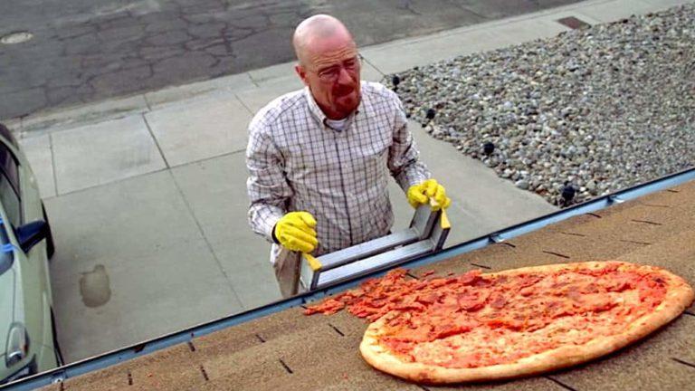 Fanovi bacaju Pizze na krov kuće iz 'Breaking Bad'!!!