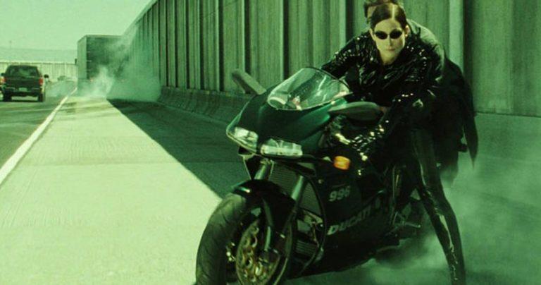 Matrix 4 video sa seta ujedinjuje Trinity i Neo na motoru